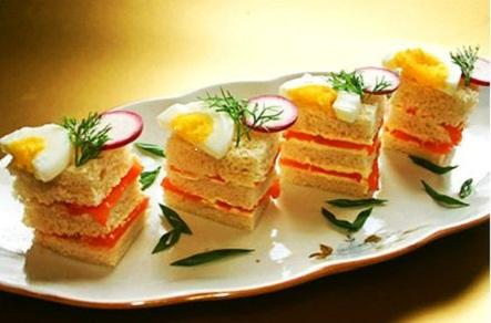 Канапе с лососем, редисом и яйцом